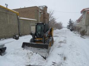 برف روبی و یخ زدایی معابر و خیابان های سطح شهر در پی بارش شدید برف