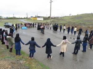 همزمان با روز جهانی زمین پاک، زنجیره انسانی در حمایت از محیط زیست در شهر خامنه تشکیل شد.