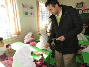 توزیع CDهای آموزشی تفکیک از مبدأ پسماند در مدرسه دخترانه موسی احمدی شهر خامنه
