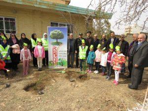 برگزاری آیین درختکاری در شهر خامنه با حضور کودکان خامنه؛ سفیران شهر پاک