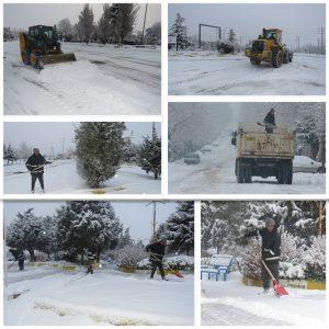 برف روبی و یخ زدایی معابر و خیابان های سطح شهر در پی بارش شدید برف به صورت شبانه روزی ادامه دارد